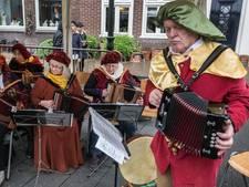 Muziek en lampionnen bij 17de-eeuwse markt  in Gennep