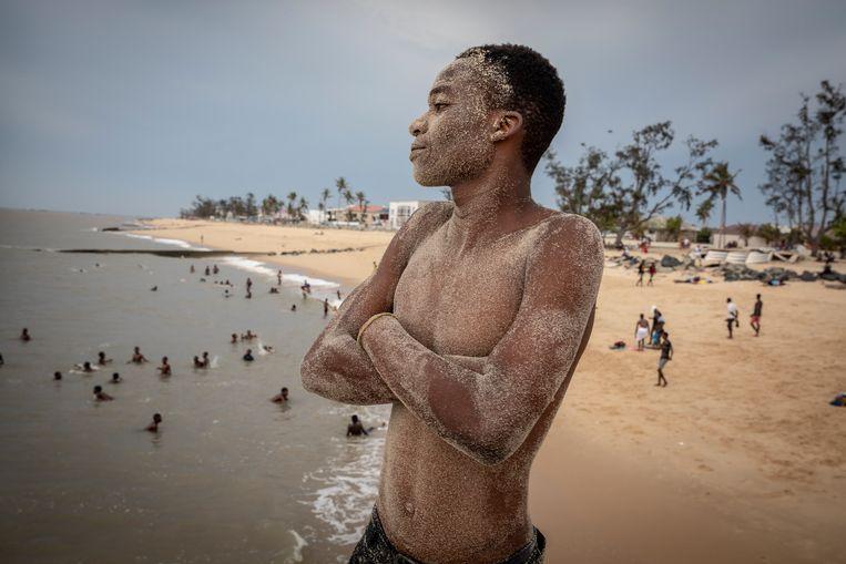Jongen aan het strand kijkt uit over zee Beeld Sven Torfinn