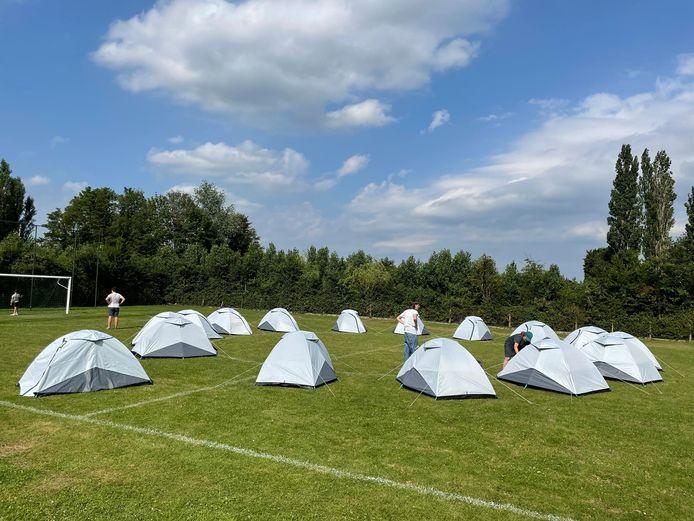 Kunstenaars onderzoeken, onder het curatorschap van kunstenaar Koen Vanmechelen, hoe de editie van 2022 eruit zou kunnen zien. Op het voetbalplein naast OC De Bollaard, Winnezelestraat, verrijst vanaf dinsdag een klein tentenkamp.