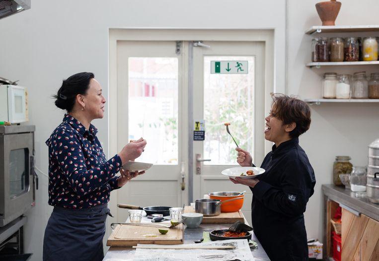 Maureen de Jong en Titi Waber over de Indonesische keuken. Beeld Nina Schollaardt