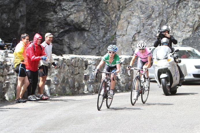 Emma Pooley (Garmin Cervelo) wordt gevolgd door Marianne Vos (Nederland Bloeit) tijdens de beklimming van de Passo Del Cancano tijdens de achtste etappe in de Giro D'Italia voor Vrouwen.