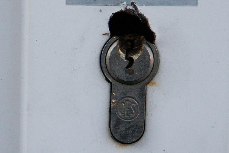 De dieven forceerden het cilinderslot van de toegangsdeur van de bakkerij