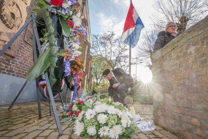Oud-Indiëstrijder Anton de Haze legt namens de oud-militairen nog een bloem bij het herdenkingsmonument naast de kerk