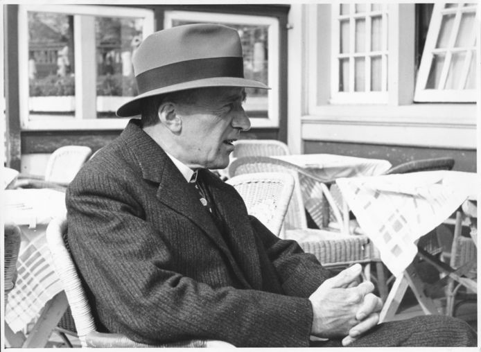 Nescio op het terras van het Noord-Zuid Hollandsch Koffiehuis, 23 september 1941.