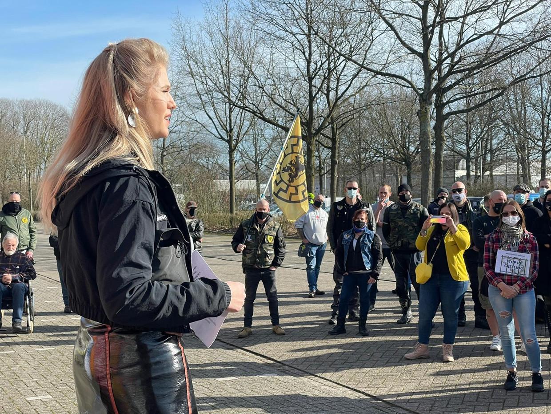 Carrera Neefs op een betoging waar de 'zwarte zon' te zien is op een vlag, het nazisymbool dat Tomas Boutens promoot Beeld Klaas De Scheirder
