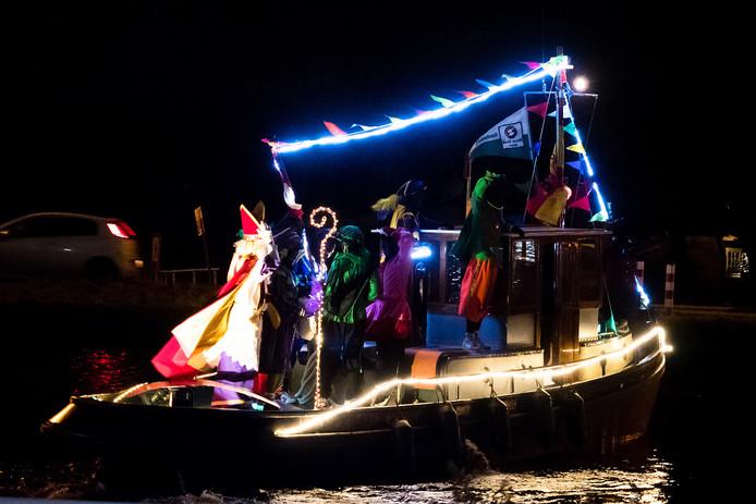 Sinterklaas en zijn zwarte Pieten nemen afscheid en worden uitgezwaaid in Ter Aar.
