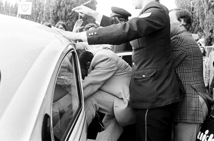 Een witte Kever werd omgetoverd tot vluchtauto voor Henk Pijper.