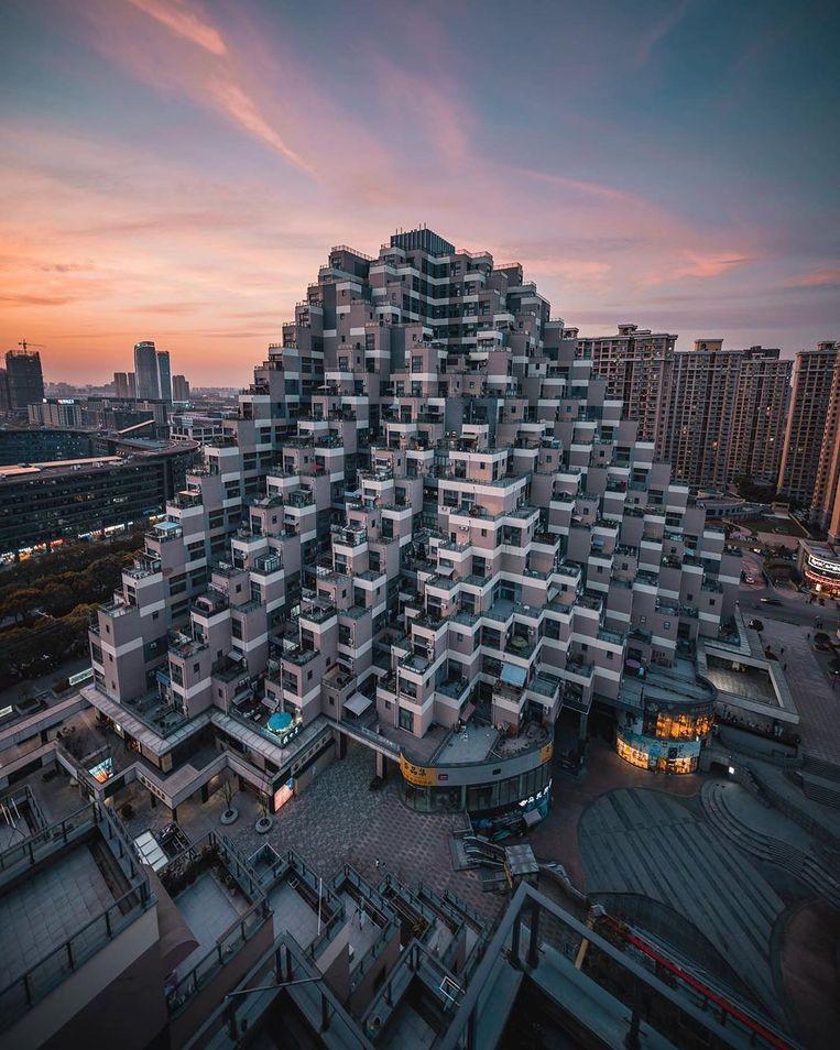Een bizar piramidevormig gebouw in Kunshan. Beeld rv