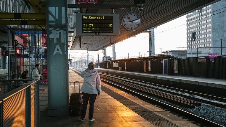 Wachten op de trein in het station Gent-Sint-Pieters. Niemand weet hoe ernstig de hinder wordt. Beeld © Wouter Van Vooren