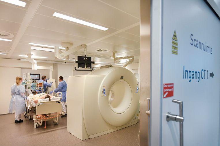 Ziekenhuismedewerkers in het Maastricht UMC maken een coronapatiënt gereed voor een CT-scan. Beeld Reuters