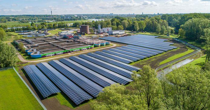 Zuivering van rioolwater kost veel energie, daarom wordt bij steeds meer zuiveringsinstallaties zonnestroom opgewekt om het proces te verduurzamen, zoals hier bij een zuivering bij Arnhem.