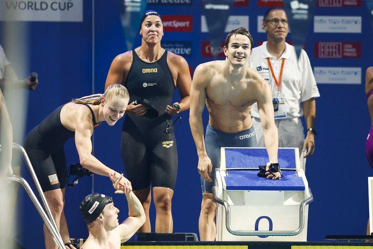 Kira Toussaint, Thom de Boer, Ranomi Kromowidjojo en Arno Kamminga juichen na het winnen van de 4x50 meter mixed wisselslag estafette tijdens de World Cup in Eindhoven in 2018.  Beeld ANP