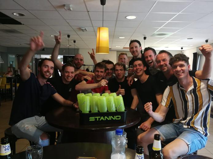 De mannen van Bovo vieren feest na de promotie naar de eerste divisie.