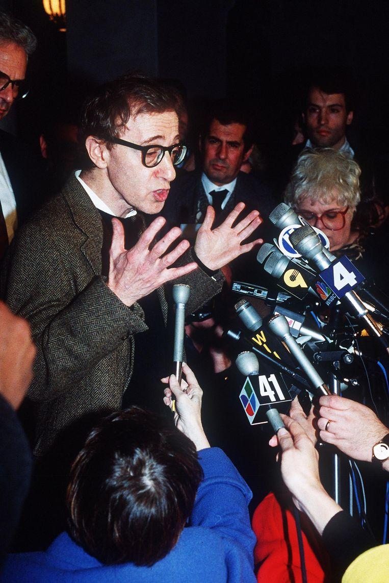 Woody Allen staat de pers te woord na de eerste hoorzitting in de rechtszaak tegen zijn ex-vrouw Mia Farrow in 1992. Beeld afp