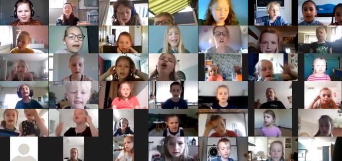 De leerlingen die samen het lied zingen.