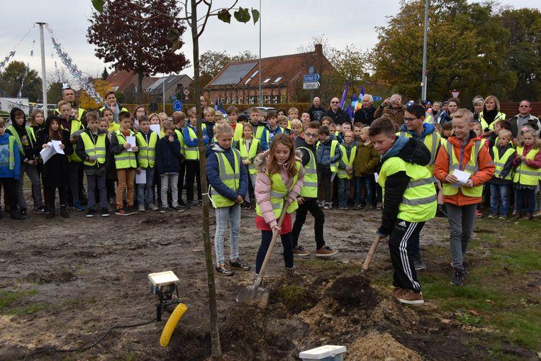 leerlingen van Qworzo planten vredesboom