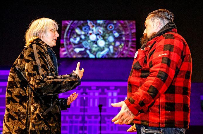 Aline de Jong en Arno Coenen bij de film projectie op Kunstmin