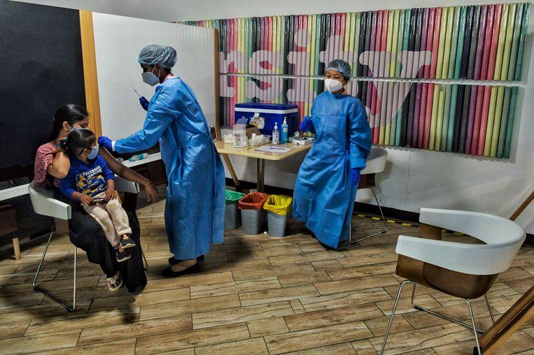Een medewerker van Amazon wordt in Bangalore ingeënt. Beeld AFP