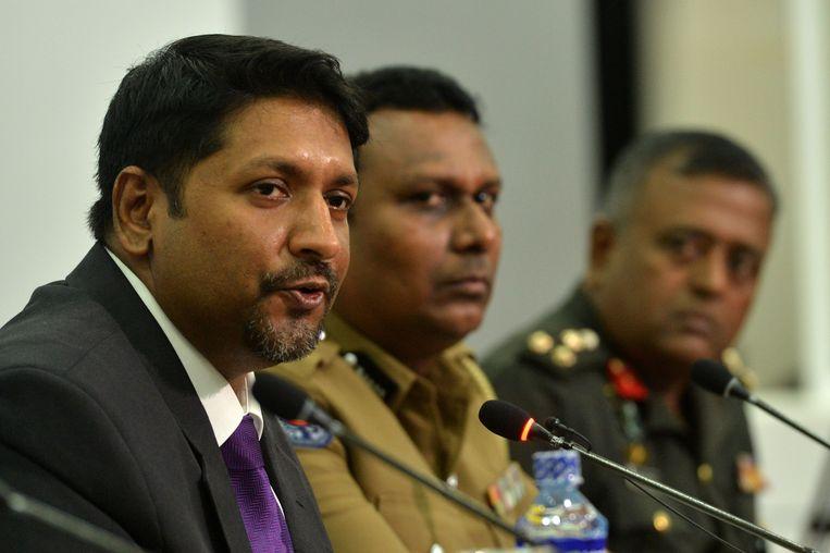 Onderminister van Defensie Ruwan Wijewardene (links) en de politie maken bekend dat 58 mensen zijn gearresteerd.  Beeld AFP