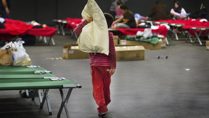 Vluchtelingen in de nieuw ingerichte hal in de IJsselhallen