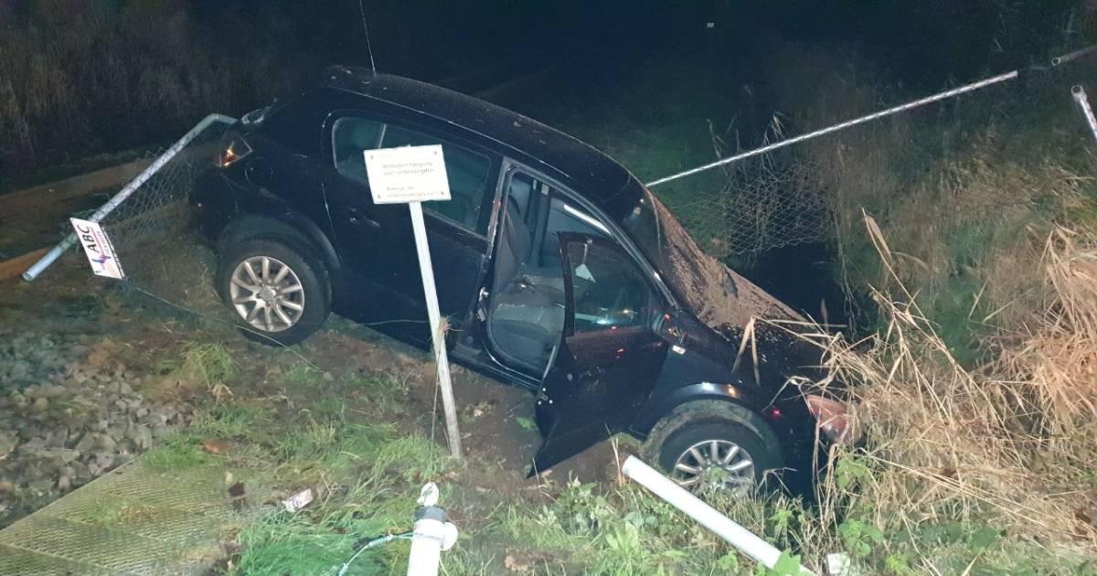 Ravage op spoor na ongeluk met auto in Enschede, bestuurder is spoorloos.