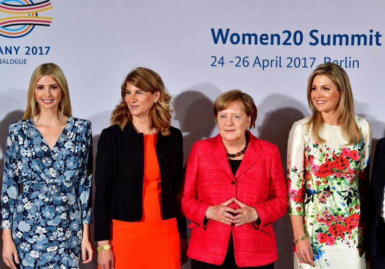 Koningin Maxima poseert met de Duitse Bondskanselier Angela Merkel, Stephanie Bschorr en Ivanka Trump. Beeld anp