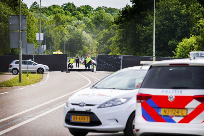 De politie schermde vanochtend de plaats van het ongeluk af voor sporenonderzoek.