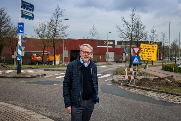 Verkeerswethouder Theo Boerman bij de rotonde op de Peulenlaan in Hardinxveld-Giessendam.