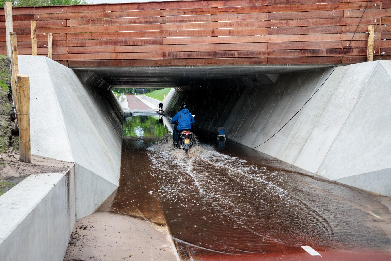 De nieuwe fietstunnel in Ommen moet voor het nieuwe schooljaar in gebruik worden genomen. Inwoners maken zich echter zorgen, nu de onderdoorgang na wat regenbuien vol met water is komen te staan.