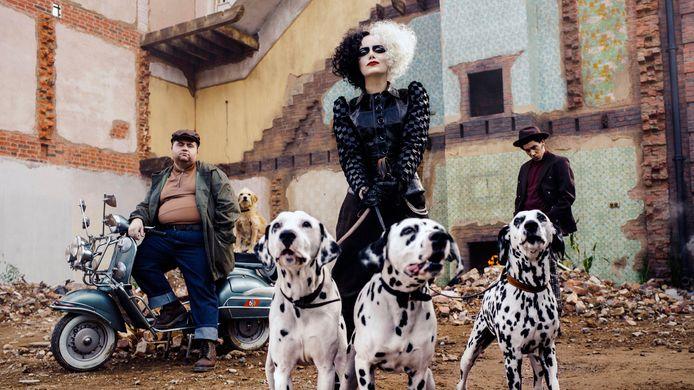 Een scene uit de film, met Emma Stone als Cruella.