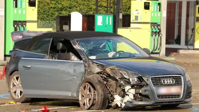 Bestuurster als bij wonder lichtgewond na knal tegen geparkeerde kraan en bestelwagen