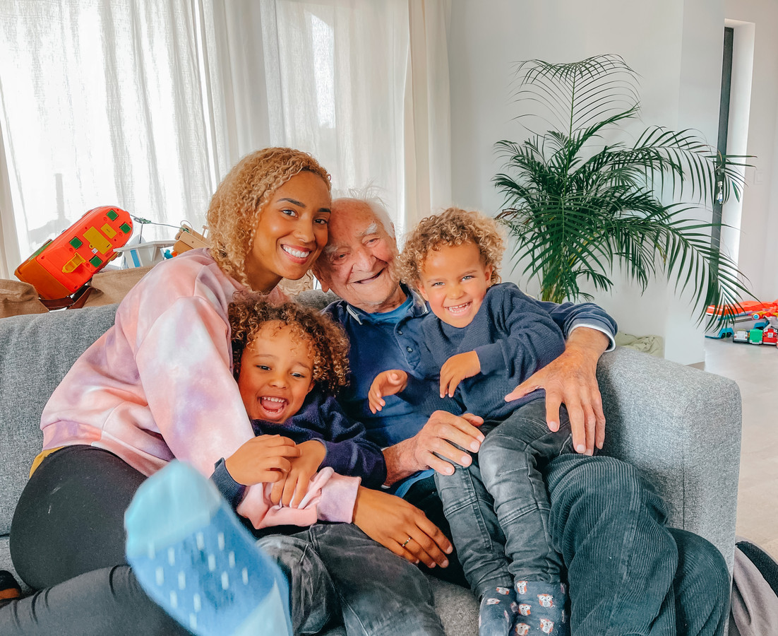 """Lieve Vandenweghe (30) met haar zoontjes van 3 en 5 en haar papa, die nu 97 is. """"Hij is nog altijd fris."""""""