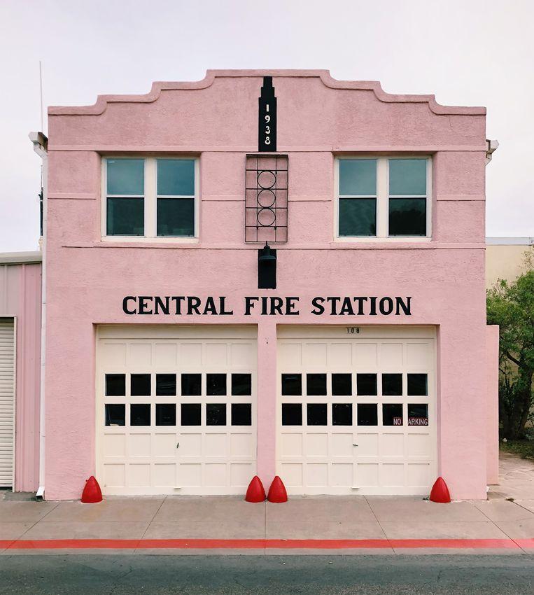 Een brandweerkazerne in Marfa in de Amerikaanse staat Texas. Beeld Accidentally Wes Anderson
