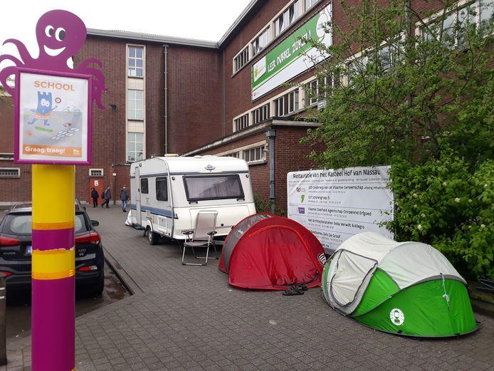 Aan Villa Zonnebloem staan een caravan en drie tentjes.