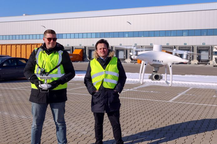 De mannen van Delftse bedrijf Birds.ai met een drone.