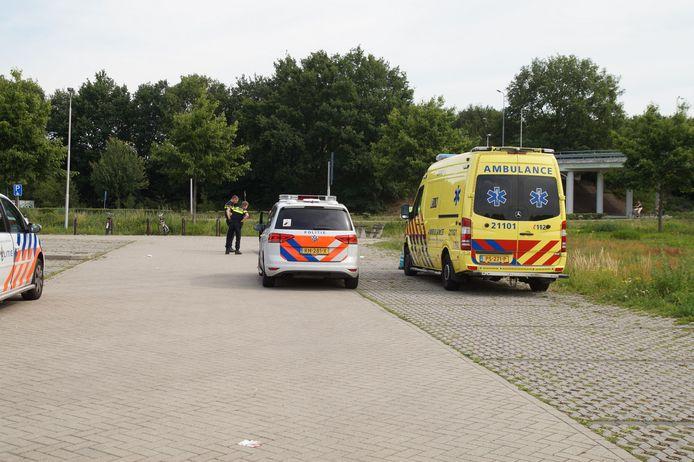 Man in been gestoken. Hij is aangetroffen op een carpoolplaats in Drunen.