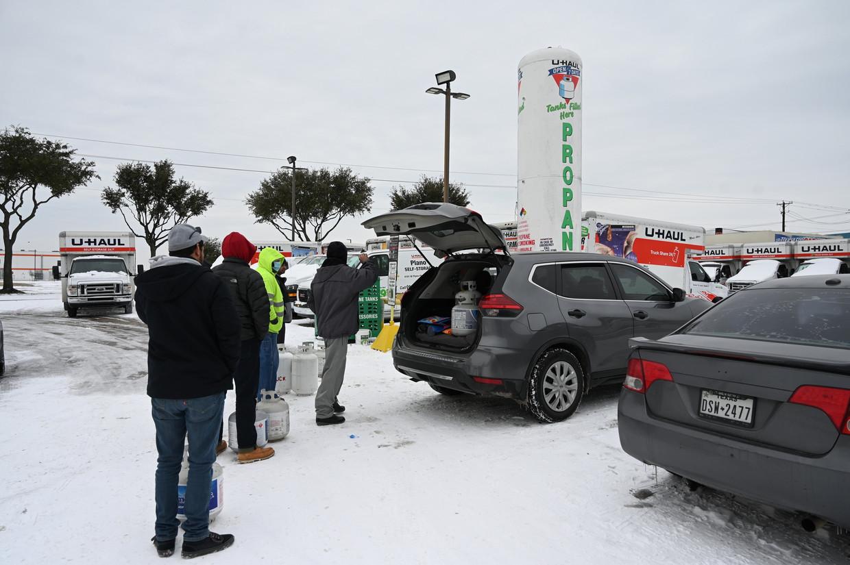 Gasleidingen bevroren in Texas, en dus konden veel inwoners hun huis niet meer verwarmen. Veel Texanen gingen daarom aanschuiven om gasflessen in te slaan. Beeld Photo News