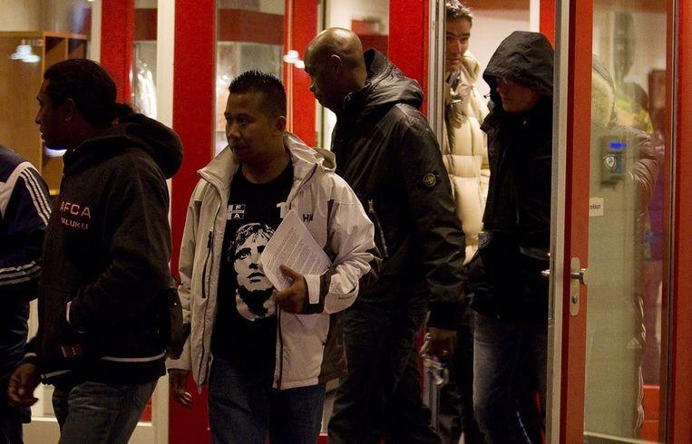 De voorzitter (tweede links) en leden van de AFCA Supportersvereniging bieden een petitie aan de ledenraad, voorafgaand de bijeenkomst van de ledenraad Ajax. Beeld anp