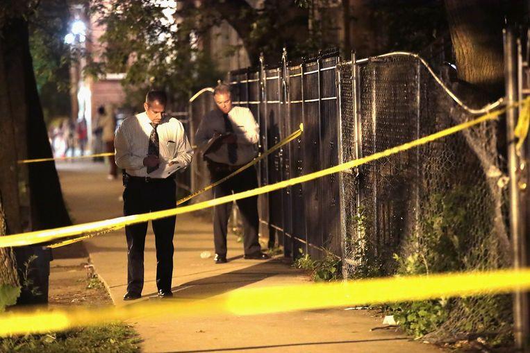 De politie van Chicago op zoek naar bewijsmateriaal nadat een man is neergeschoten. In Chicago steeg het aantal moorden vorig jaar met maar liefst 56 procent. Beeld AFP