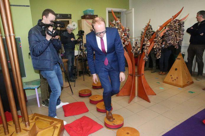 De minister test de originele muziekunstrumenten