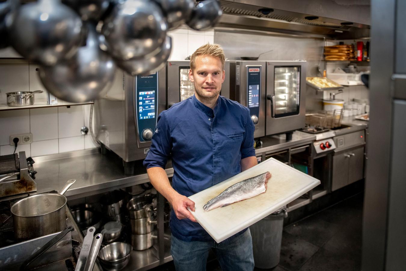 Brasserie De Zeezot. Chefkok/eigenaar Sebas Dekker met zeebaars, de vangst van de dag.