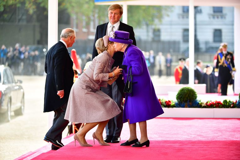 Koning Willem Alexander en koningin Maxima worden ontvangen door Charles, Prins van Wales, en koningin Elizabeth op de welkomstceremonie op de Horse Guards Parade bij de aanvang van een tweedaags staatsbezoek aan het Verenigd Koninkrijk.  23 oktober 2018. Beeld ANP