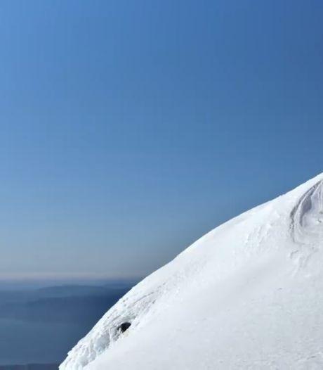 Il descend une montagne enneigée à 100 km/h en kayak