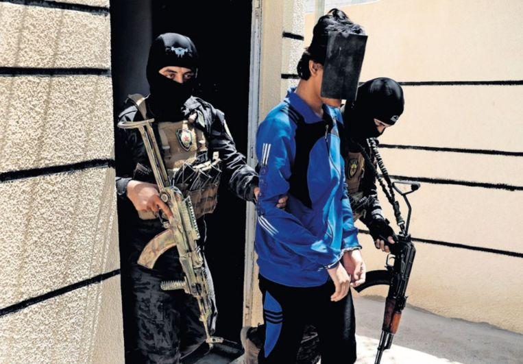 Een gevangengenomen buitenlandse strijder in Syrië wordt afgevoerd. Beeld AP
