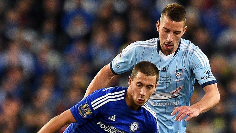 Nikola Petkovic, hier in duel met Eden Hazard toen die met Chelsea enkele weken terug op tournee was door Australië. Beeld EPA