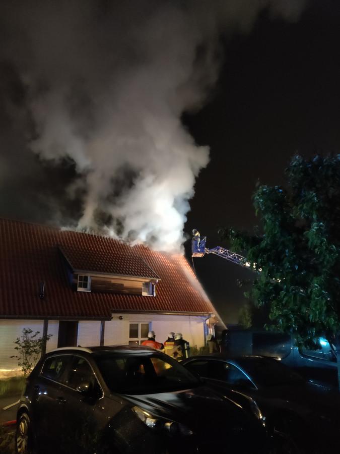 Een blikseminslag veroorzaakte een dakbrand op vakantiepark Breeduyn Village in Bredene.