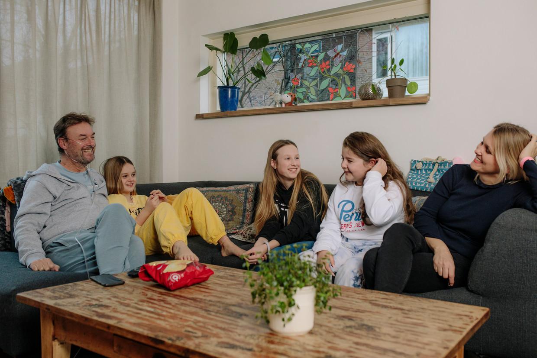 Vlnr.: Jan-Jaap, Suzette (dochter), Emilie (dochter), Brooke (buurmeisje) en Leontien (partner). Beeld Marc Driessen