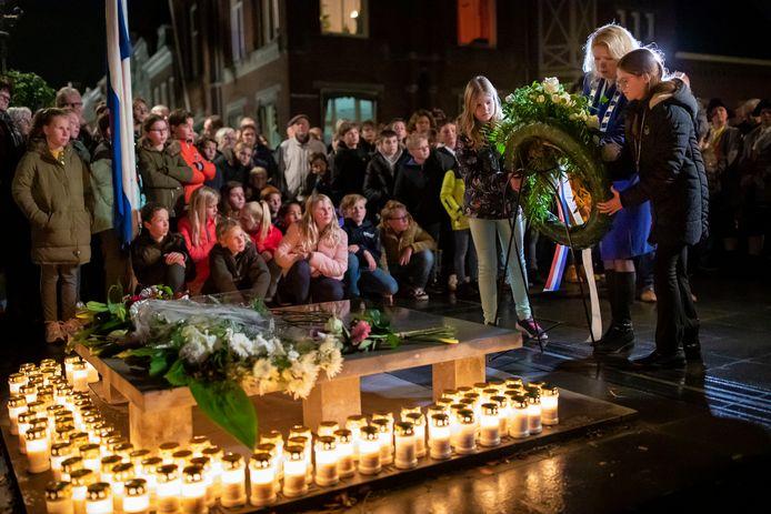 De kranslegging bij de herdenking van 75 jaar stadhuisramp Heusden, vorig jaar