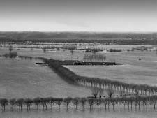 Hoe boer Lambert van Boxtel zijn huis en 30.000 kippen redde met een zelfgebouwde dijk. Tot die helikopter kwam...