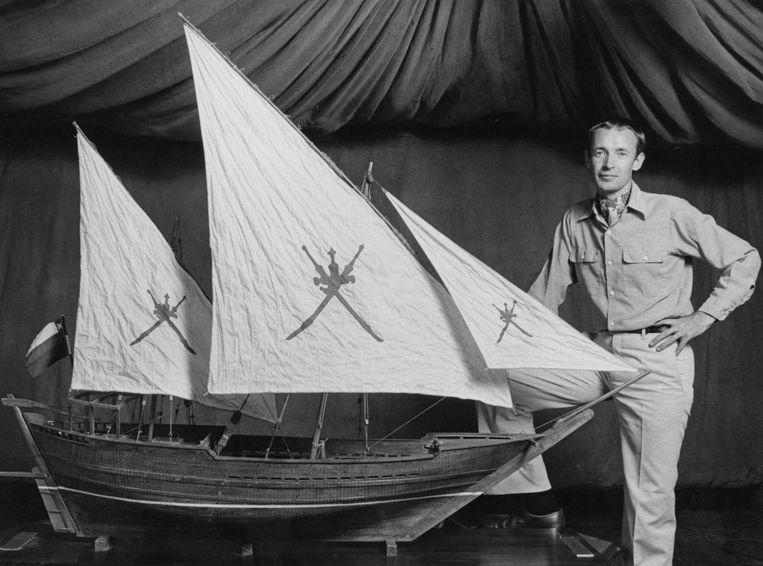 Tim Severin in 1980, met een model van de traditionele dhow waarin hij dat jaar de reis van Sinbad de Zeeman, van Oman naar China, probeerde te herhalen. Beeld Getty Images